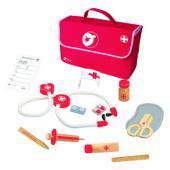 Lekársky kufrík krásne balený je vhodný pre deti od veku 3 rokov. Tento  detský lekársky set splní každému dieťaťu sen stať sa lekárom a pomôže  vyliečiť chorého pacienta. Súčasťou setu je kompletná sada na potrebné  vyšetrenie od injekcie so striekačkou až po tabletky. Rozmery hračky (cm)                                                      31 x 25 x 7                                            Rozmery balenia (cm)                          31 x 25 x 7                                            Vek                          od 3 rokov                                            Materiál                          čajovníkové drevo, preglejkové jemné opracované drevo a MDF                                            Počet dielov                          11