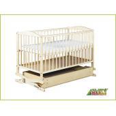 stabilná detská postieľka, - praktický úložný šuflík, - vysokokvalitné borovicové drevo, - výškovo polohovateľné dno (3 polohy), - dve odnímateľné priečky, - ľahká montáž (súčasťou sú montážne šróby), - unikátny systém hojdania s možnosťou zablokovania, - dostupná v dvoch prevedeniach: BOROVICA a TEAK. Rozmery: 120x60x85 cm Vnútorné rozmery: 120x60 cm Váha: 13 kg SÚČASŤOU POSTIEĽKY NIE JE VNÚTORNÝ MATRAC!