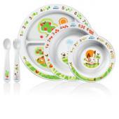 sada na kŕmenie 6m+(2 misky, delený tanier,vidlička, lyžička) Sada na kŕmenie 6m+ 0% BPA Riešenie pre stupne vývoja vášho dieťaťa Protišmyková spodná strana – pomáha predchádzať rozliatiu. Tanier a misky* Delený tanier - udržuje potraviny oddelené. Boky misky pre ľahké naberanie - ideálne pre samostatné kŕmenie. Jednoduché umývanie, vhodné do umývačky riadu. *Vhodné do mikrovlnnej rúry. Prvá vidlička a lyžička Ľahké uchopenie pre malé ruky – ideálne pre samostatné kŕmenie. Hlboká lyžička a vidlička – pomáhajú predchádzať rozliatiu. Protišmyková rukoväť - ľahké uchopenie – nešmýka sa v miske. Jednoduché umývanie, vhodné do umývačky riadu. Obsahuje receptár, ktorý navrhol odborník na detskú výživu. Podnecuje stravovanie dieťaťa učením hrou. Obrázky rozprávajú náučný príbeh • Spočítaj ovocie • Kde rastie ovocie? • Akú farbu má ovocie? • Kde sú zajačikovi kamaráti? • Aký zvuk vydáva zvieratko?