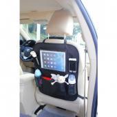 Praktický organizér na sedadlo s vreckom na  tablet je perfektný spoločník na každú cestu s deťmi. Vrecko na tablet  chráni jeho dotykovú obrazovku a umožňuje k tabletu rýchly prístup.  Priehľadnosť vrecká zaisťuje jeho perfektný obraz. Organizér okrem toho  obsahuje dva držiaky na fľaše s pitím. Svojou univerzálnosťou  pripevnenie na sedadlo je kompatibilný takmer s každým vozidlom.  Pripevniť možno pomocou praktických spôn s nastaviteľnou dĺžkou, čo  pomáha regulovať jeho umiestnenie. Okrem toho obsahuje ďalšie vrecko na  ukladanie drobností na cesty a dve vrecká zo sieťoviny na mobil alebo  iné maličkosti.      Materiál-85% polyester 5% polypropylén 10% PVC     Rozmery: V 53 cm x Š 43 cm     Okienko na tablet: V 19 cm x Š 14,5 cm