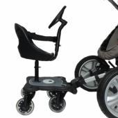 Cozy B-Rider so sedadlom a volantom Prídavná doska ku kočiaru Cozy B-Rider so sedadlom a volantom sa stane perfektným pomocníkom na prechádzky s jedným alebo oboma deťmi. Starší súrodenec sa môže posadiť na sedadlo, ktoré je však určené už pre batoľatá, ktoré vedia stabilne sedieť, ale zároveň ešte nedokážu dlhšiu dobu samy stáť, tzn. cca od 9 mesiacov veku. Súčasťou balenia je aj otočný volant pre zábavné cestovanie skočiarom. Sedadlo je odnímateľné pre prípad, až dieťa vyrastie a už ho nebude potrebovať. Je umývateľné pre jednoduchú údržbu, zahŕňa polstrovanú vložku a bezpečnostné pásy, ktoré zaručia, že vaše dieťa zostane usadené v sedadle. Zostavenie a pripojenie ridera ku kočiaru je naozaj jednoduché. Cozy B-Rider patrí k tomu najlepšiemu, čo si môžete v tejto kategórii zaobstarať. Na rozdiel od mnohých iných modelov má 4 kolesá, vďaka ktorým poskytuje maximálnu nosnosť až 25 kilogramov. Zadné kolesá navyše farebne blikajú, čo sa páči nielen deťom, ale aj motoristom pri jazde počas tmy. Doska s motívom medvedíka má odnímateľné sedadlo s rozmermi cca 19 x 19 cm. Rider je k dispozícii aj ako variant bez sedadla a volantu a tiež s iba dvoma kolesami. Najobľúbenejší je však variant so štyrmi kolesami a sedadlom. Pripevnenie je jednoduché a možné takmer ku každému kočiaru. Po jeho uchytení k rámu kočiara je úplne prirodzené, že môže byť obmedzený ľahký prístup ku kočiaru tak, ako ste zvyknutí. Ak Rider nechcete používať, jednoducho ho zavesíte pomocou popruhu tak, aby vám neprekážal pri chôdzi a brzda kočiara zostala prístupná. Technické špecifikácie: Rozmery dosky: 26 x 33 x 17 cm Šírka sedadla: cca 20 cm Hĺbka sedadla: cca 20 cm Celková váha: 6,4 kg (váha dosky: cca 5 kg, váha sedadla: 1,5 kg)  Určené deťom od 9 mesiacov - bez sedadla do 15 mesiacov Maximálna nosnosť: 25 kg