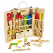 Drevená skrinka s náradím. Skrinka s náradím je vhodná pre deti od veku 3  rokov. Skrinka obsahuje množstvo dreveného náradia, ako napríklad  kladivo, kľúč, kliešte, skrutky a matice, k tomu je aj pravítko a píla s  kliešťami, uholník a kúsky spojovaného materiálu. Táto detská sada je  vhodná pre dieťa od veku 3 roka. Deťom napomáha spoznať a získať  skúseností s náradím a jeho používaním. Dana sada zabezpečí dieťaťu  skúsenosť a vlastnú kreativitu s náradím. Rozmery hračky (cm)                                                      40 x 31 x 5                                            Rozmery balenia (cm)                          32 x 20 x 8                                            Vek                          od 3 rokov                                            Materiál                          preglejkovékové jemné opracované drevo                                            Počet dielov                          25