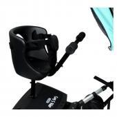 Cozy S-Rider so sedadlom a riadidlami Prídavný Cozy S-Rider so sedadlom a riadidlami je určený pre batoľatá, ktoré už vedia stabilne sedieť, ale zároveň ešte nedokážu dlhšiu dobu samy stáť, tzn. cca od 9 mesiacov veku. Sedadlo je odnímateľné pre prípad, až dieťa vyrastie a už ho nebude potrebovať. Je umývateľné pre jednoduchú údržbu, zahŕňa polstrovanú vložku a bezpečnostné pásy, ktoré zaručia, že vaše dieťa zostane usadené v sedadle. Pripevnenie je jednoduché a možné takmer ku každému kočiaru. Po jeho uchytení k rámu kočiara je úplne prirodzené, že môže byť obmedzený ľahký prístup ku kočiaru tak, ako ste zvyknutí. Plocha dosky je protišmyková a kolesá počas jazdy svietia: to ocenia nielen deti! Pretože kolesá generujú potrebnú energiu z pohybu, nie sú potrebné žiadne batérie.  Technické špecifikácie: Rozmery dosky: 26 x 30 x 17 cm - Šírka sedadla: cca 19 cm - Hĺbka sedadla: cca 19 cm Váha dosky: 3,5 kg  Váha sedadla: 1,5 kg  Určené deťom od 9 mesiacov - bez sedadla do 15 mesiacov Maximálna nosnosť: 25 kg