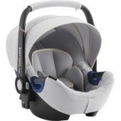 Popis produktu i-Size bezpečnosť bez kompromisov pre vaše rastúce dieťa. Táto špeciálna edícia Nordic Grey sa štýlovým prešívaním a  prvotriednym poťahom spája jedinečný vzhľad s mimoriadnou bezpečnosťou.  Pôsobivé prevedenie vyzerá skvele, autosedačka je mäkká a pohodlná a jej  súčasťou je predĺžená slnečná clona. Vhodné pre dieťa - od narodenia do 15-tich mesiacov BABY-SAFE2 i-SIZE bola navrhnutá tak, aby vyhovela novej norme ECE  R129 (i-Size) týkajúce sa autosedačiek, a je vhodná pre novorodencov a  deti do 15 mesiacov alebo 83 cm výšky. Detská autosedačka je vybavená  vložkou pre novorodenca, ktorá zaistí dodatočnú ochranu a pohltí energiu  v prípade nárazu. Vložka môže byť odstránená a hlavová opierka môže byť  prispôsobená tak, aby poskytla viac priestoru pre vaše rastúce dieťa. Patentovaná technológia polohy ležmo pre bezpečie a pohodlie Vieme, ako je náročné rozhodnúť o najbezpečnejší polohe ležmo pre  novorodencov počas cestovania autom. Vzhľadom k tomu, že svaly  novorodenca nie sú ešte úplne vyvinuté, poloha ležmo je lepšie, zatiaľ  čo poloha viac sede je bezpečnejšie v prípade nárazu. BABY-SAFE2 i-SIZE  je vybavená našou patentovanou technológiou polohy ležmo, ktorá vám  poskytne jednoduché riešenie - prispôsobením hlavové opierky umožníte  nastavenie polohy ležmo. Môžete dokonca zabezpečiť lepšiu polohu ležmo  pre vaše dieťa použitím FLEX BASE BABY-SAFE i-SIZE v niektorých modeloch  vozidiel. Pokoj v duši počas prvých ciest vášho dieťaťa Deti, najmä potom novorodenci, sú najviac zraniteľní cestujúci a  vyžadujú preto ochranu proti každému možnému nárazu. Práve preto sme sa  sústredili na vývoj, skúšanie, zdokonaľovanie a výrobu detských  autosedačiek, ktoré spĺňajú najnáročnejšie možné štandardy a ich skúšky  prevyšujú nároky na novú normu týkajúcu sa bezpečnosti detí (ECE R129).  Kúpite Ak BABY-SAFE2 i-SIZE, kúpite aj náš výskum a záruku bezpečnosti  pre vaše dieťa a zaistíte si tak úplný pokoj v duši počas cestovania so  svojím dieťaťom. Váha sedačky
