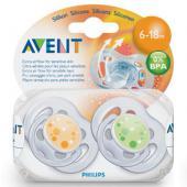 • 6-18 mesiacov • silikónové • 0% BPA • dajte dieťatku to najlepšie Nové cumlíky Sensitive ponúkajú bábätkám ešte väčší komfort. Tieto cumlíky majú viac otvorov v kruhu, ktoré zaručujú väčšiu cirkuláciu vzduchu a predchádzajú tak hromadeniu slín za kruhom. Cumlíky Sensitive nielen utíšia bábätko, ale tiež sa starajú o jeho citlivú pokožku. V ponuke sú pre dve vekové kategórie a v baleniach po jednom alebo dvoch kusoch. Cumlíky bábätka ukľudňujú. Keď zlyhajú všetky metódy na utíšenie dieťatka, môžu Vám pomôcť cumlíky AVENT aby sa Vaše dieťatko utíšilo a kľudne odpočívalo. Bábätká s cumlíkom kľudnejšie spia, menej sa v spánku pohybujú a predovšetkým zostávajú ležať na chrbte, čo je doporučené aj pediatrom. Používanie cumlíka zmenšuje závislosť bábätka na fľašu, znižuje možnosť poškodenia zúbkov a môže znížiť aj riziko dentálnych problémov v neskoršom veku v porovnaní s dlhodobým cucaním palcov, ktoré vytvárajú nevhodný tlak na ďasná a predné zúbky. Všetky cumlíky AVENT sú silikónové. Silikón je bez chuti a zápachu, cumlíky majú dlhšiu životnosť a lepšie sa čistia ako kaučukové cumlíky. Cumlíky Sensitive sa vyrábajú v 2 veľkostiach: • 0-6 mesiacov • 6-18 mesiacov Vždy používajte cumlík, ktrorý svojou veľkosťou zodpovedá veku dieťatka. Šesť otvorov v tvarovanom kotúči pre väčšie pohodlie dieťaťa.