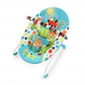 Zábava na prvom mieste! Toto farebné a hravé lehátko udrží dieťatko v pohodlí s rúčkami plnými zábavy. Lehátko Safari Smiles™ od Bright Starts™ je skrášlené žiarivými farbami a hravými postavičkami, ktoré bude dieťatko milovať. Mäkká, pohodlná, ale správne podporná sedacia časť rozmaznáva dieťatko. Upokojujúce vibrácie a interaktívne hračky udržia dieťatko v kľude, no zároveň pobavene. Hrazdičku je možné odstrániť jednou rukou, takže prístup k tomu najväčšiemu pokladu je bezproblémový.  - jemné vibrovanie pre upokojenie dieťatka - hrazdička s 2 hračkami jednoducho odnímateľná jednou rukou pre ľahký prístup k dieťatku - lehátko je vhodné pre detičky od narodenia do 9 kg - lehátko vyžaduje 1 C (LR 14) batériu, ktorá nie je súčasťou balenia - nastaviteľné 3-bodové pásy pre bezpečnosť dieťatka - protišmykové nožičky - poťah lehátka je možné prať v práčke  Rozmery produktu: 48 cm x 53 cm x 42 cm