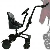Uptown Rider so sedadlom a volantom Súrodenecká doska so šikovným bočným upevňovacím systémom pre väčší priestor na nohy pri tlačení kočiara! Vlastnosti: - inovatívne pripojenie ku všetkým bežným kočiarom, bez ohľadu na brzdový systém na zadnej osi kočiara; - jednoduchá inštalácia na všetky bežné kočiare; - bočné upevnenie ku kočiaru pre väčšiu voľnosť rodičov a plynulú chôdzu za kočiarom; - ľahko ho nadvihnete pri jazde po nerovnom teréne, cez pätníky alebo iné prekážky; - vybavené 4 odolnými a zároveň pohodlnými kolesami; - vrátane sedadla s polstrovaním (odnímateľné a umývateľné); - s výškovo nastaviteľným pohyblivým volantom (tento volant je určený len pre zábavu dieťaťa a neovplyvňuje smer jazdy Ridera!); - tento súrodenecký skateboard má svoj vlastný brzdový systém; - komfortná jazda a predovšetkým dobrý výhľad na dieťa sediace na Rideri.  Uptown Rider je vhodný pre deti od cca 1 roka, ktoré už majú stabilné sedenie. Možno ho používať len vo variante so sedadlom.  Technické špecifikácie: Rozmery podvozku s kolesami: 36 (v)x 46 (d) x 33 (š) cm Rozmery sedadla: 20 x 20 x 20 cm Priemer predného kolesa: 11 cm Priemer zadného kolesa: 14 cm Váha: 4,4 kg  Určené deťom od minimálne 12 mesiacov Maximálna nosnosť: 25 kg